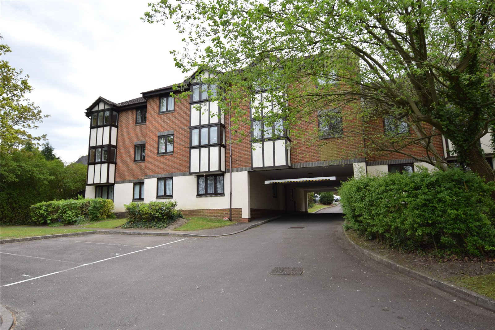 1 Bedroom Apartment Flat for sale in Woodpeckers, 9 Crowthorne Road, Bracknell, Berkshire, RG12