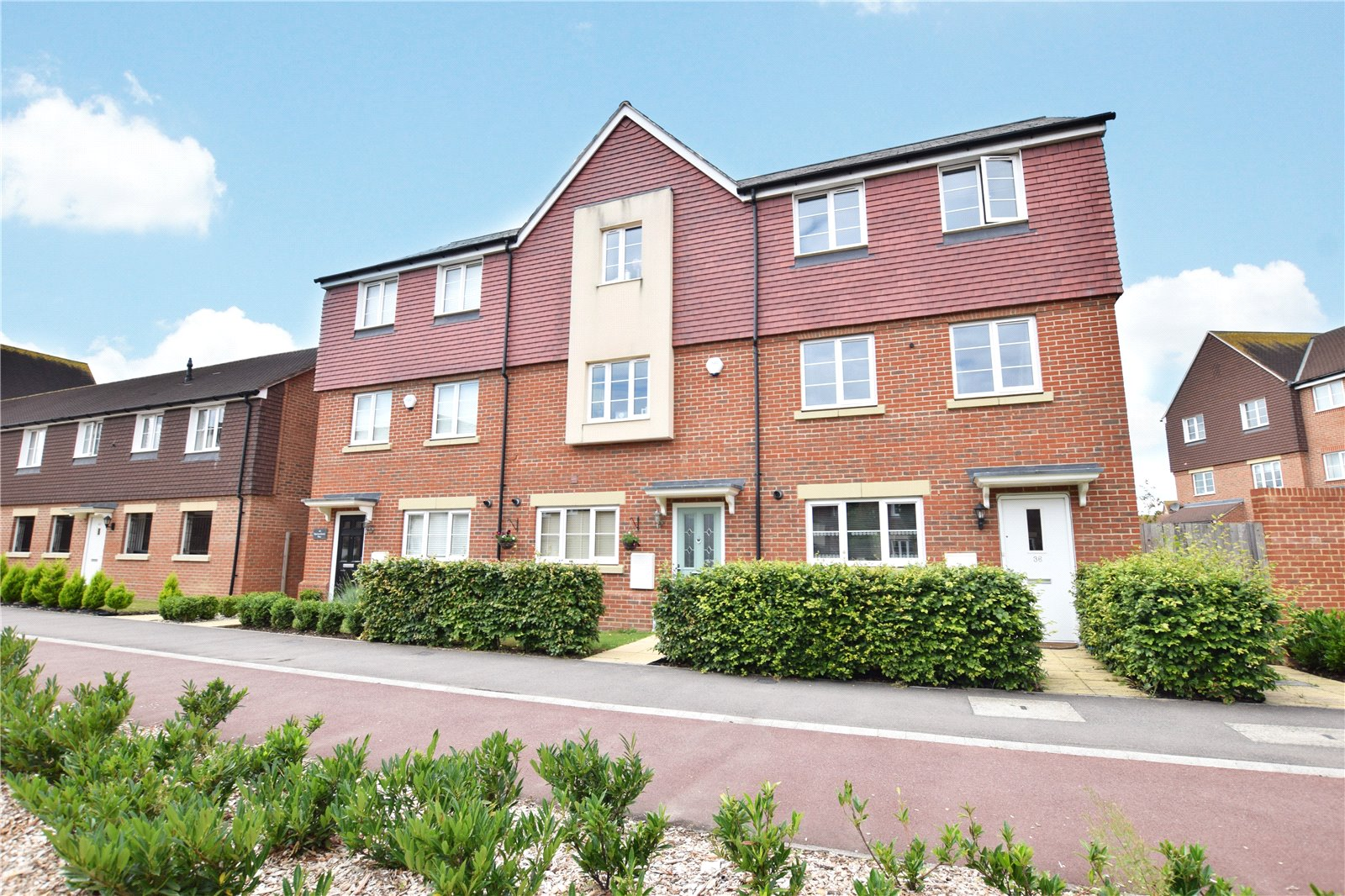 4 Bedrooms Terraced House for sale in Sparrowhawk Way, Jennett's Park, Berkshire, RG12