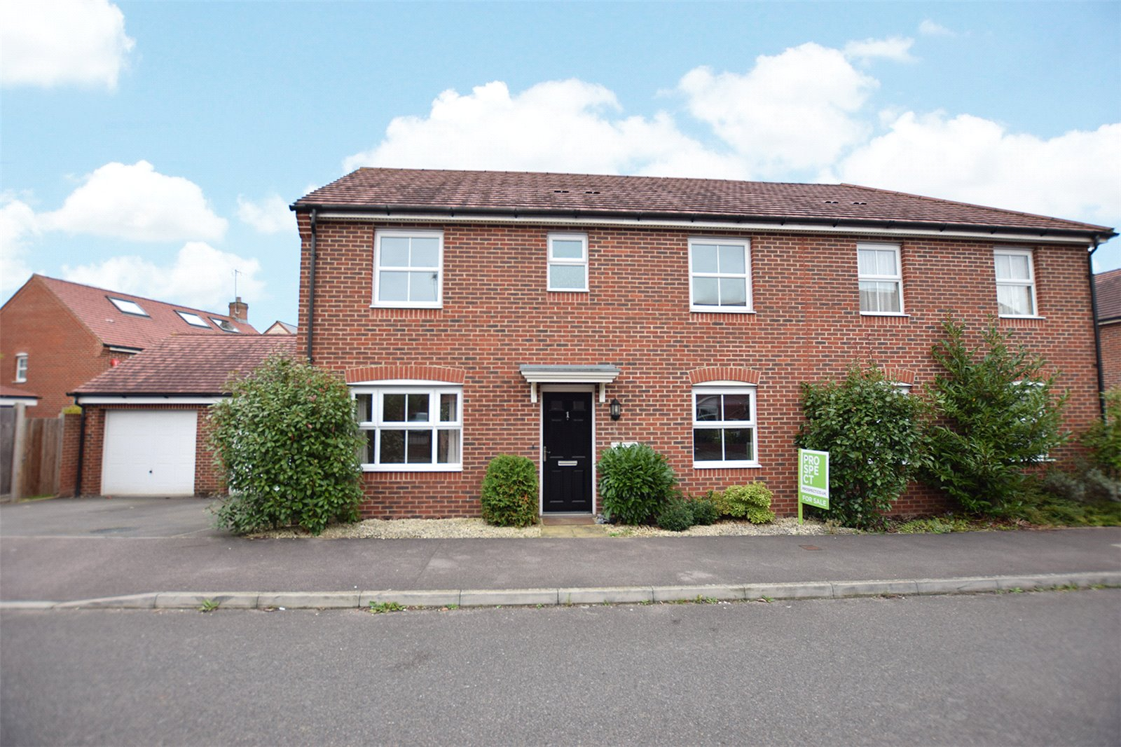 3 Bedrooms Semi Detached House for sale in Pheasant View, Jennetts Park, Bracknell, Berkshire, RG12