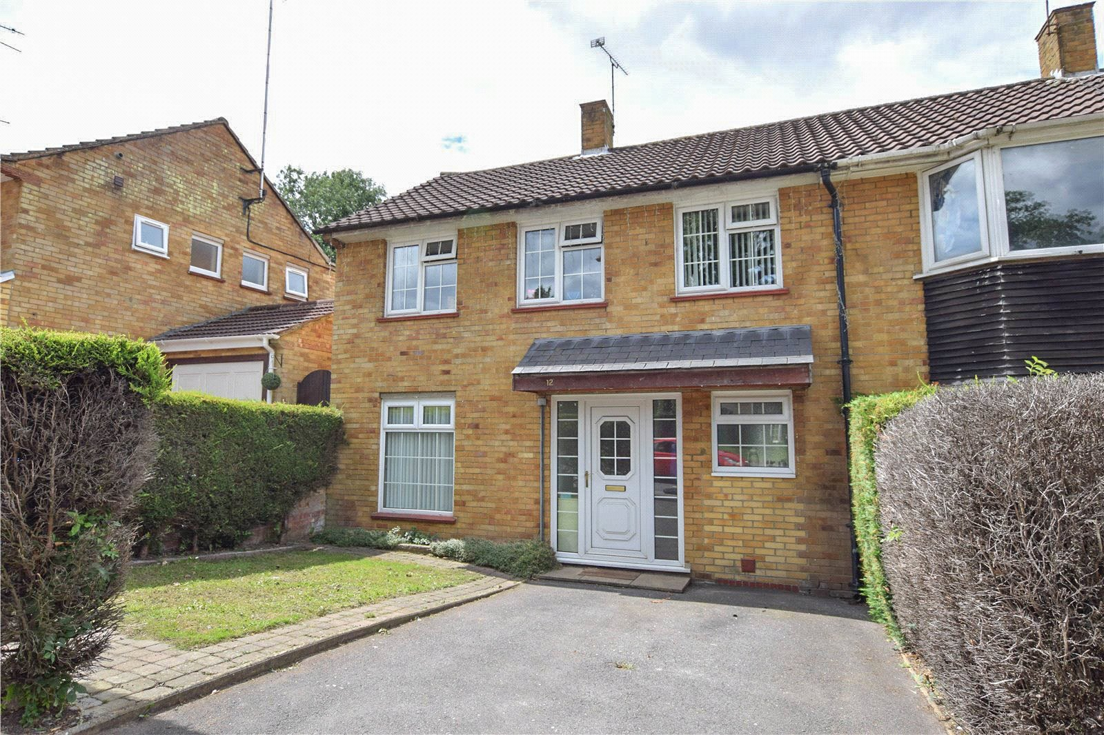 3 Bedrooms Semi Detached House for sale in Ralphs Ride, Bracknell, Berkshire, RG12
