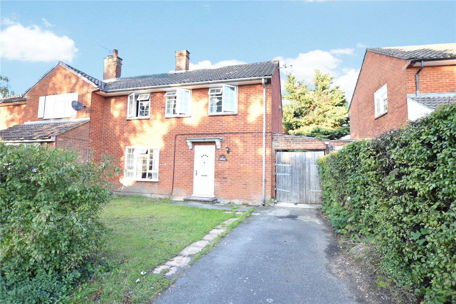 3 Bedrooms Semi Detached House for sale in Crowthorne Road, Bracknell, Berkshire, RG12