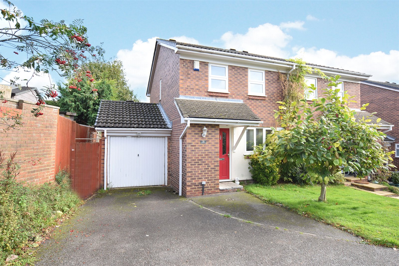 3 Bedrooms Semi Detached House for sale in Hombrook Drive, Bracknell, Berkshire, RG42