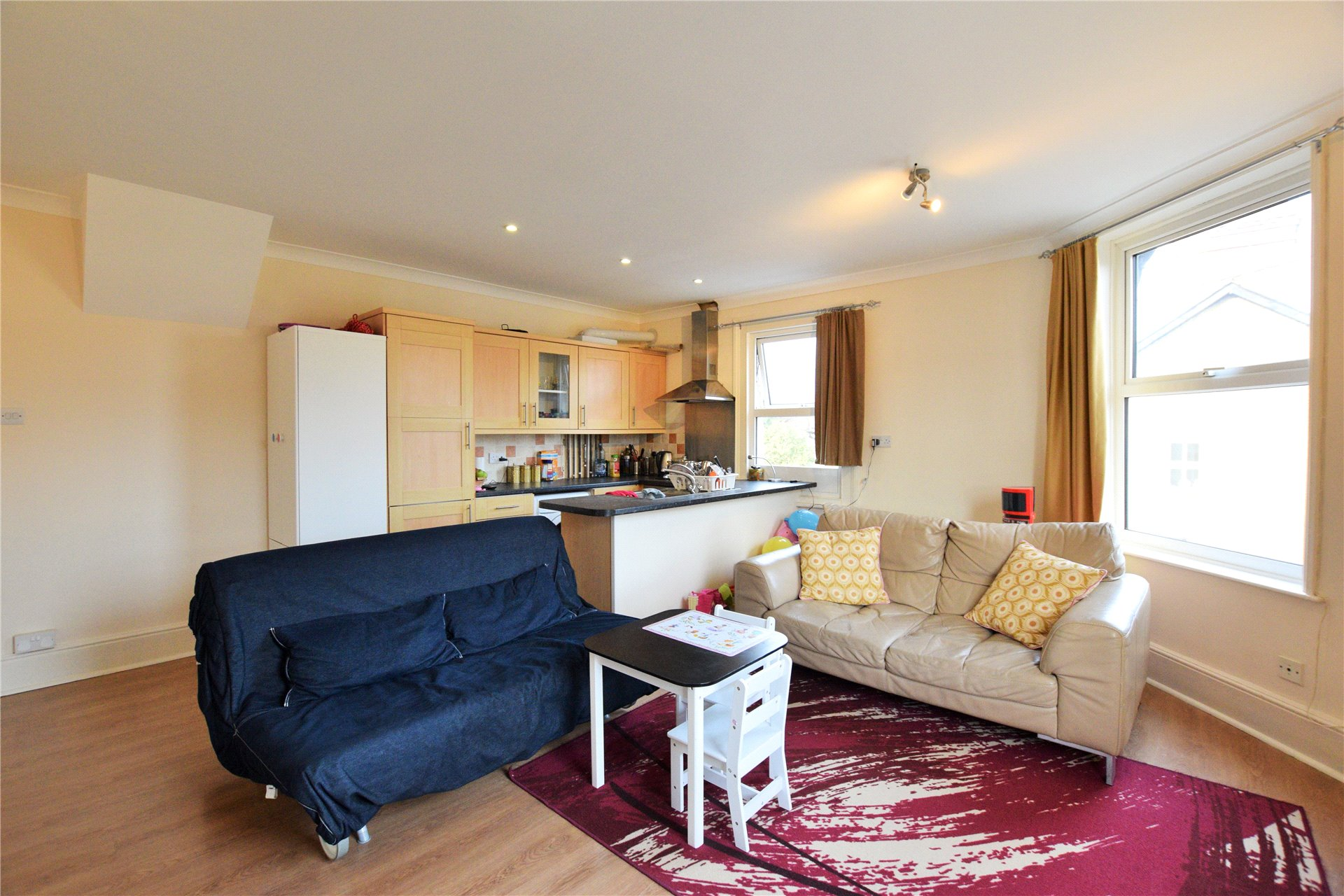 2 Bedrooms Maisonette Flat for rent in Vicarage Road, Blackwater, Camberley, Hampshire, GU17