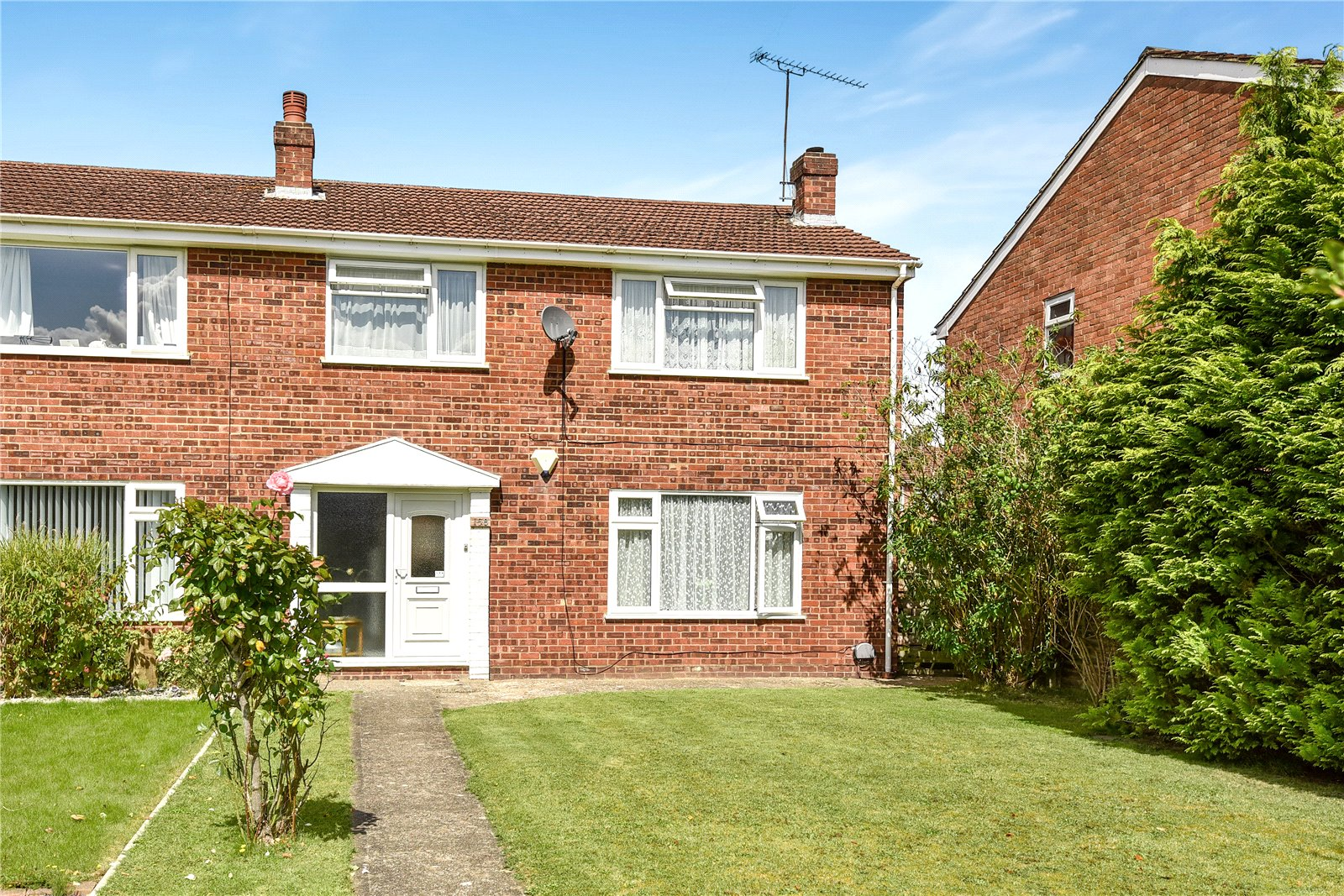 3 Bedrooms End Of Terrace House for sale in Beaulieu Gardens, Blackwater, Camberley, GU17
