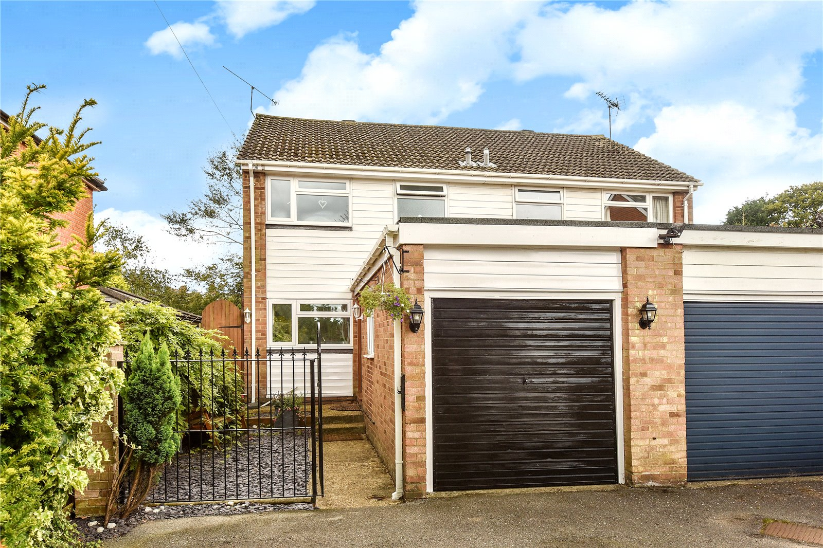 3 Bedrooms Semi Detached House for sale in Guildford Road, Lightwater, Surrey, GU18