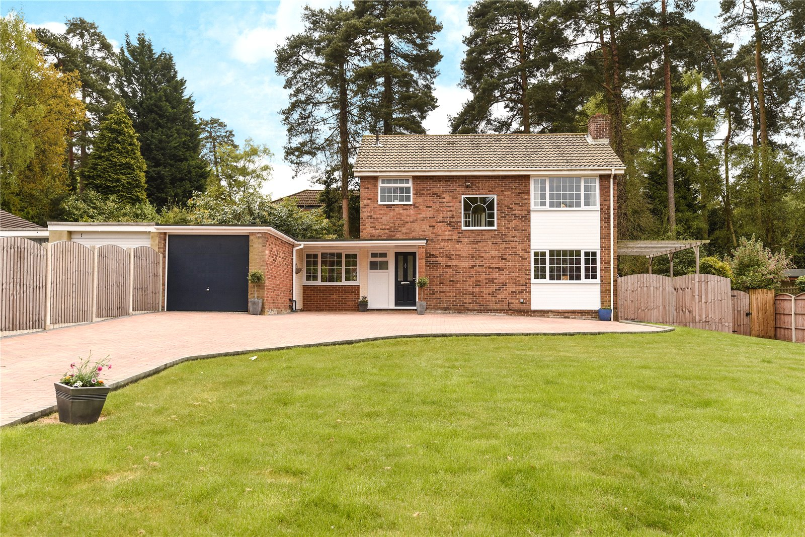 3 Bedrooms Detached House for sale in Clewborough Drive, Camberley, Surrey, GU15