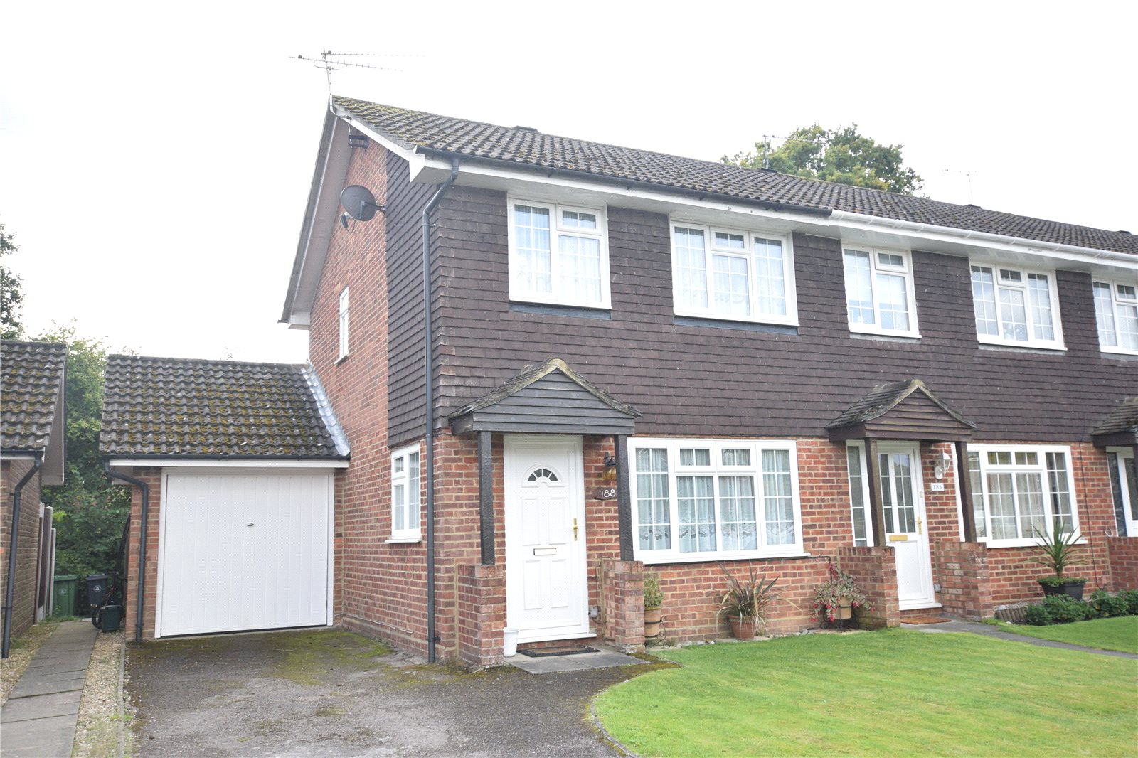 3 Bedrooms End Of Terrace House for sale in Henley Drive, Frimley Green, Camberley, Surrey, GU16