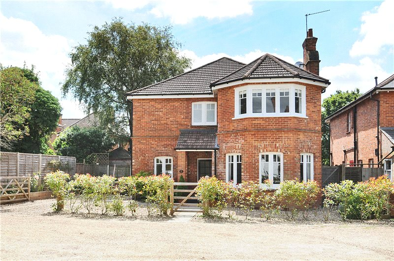 4 Bedrooms Detached House for sale in Bath Road, Camberley, Surrey, GU15