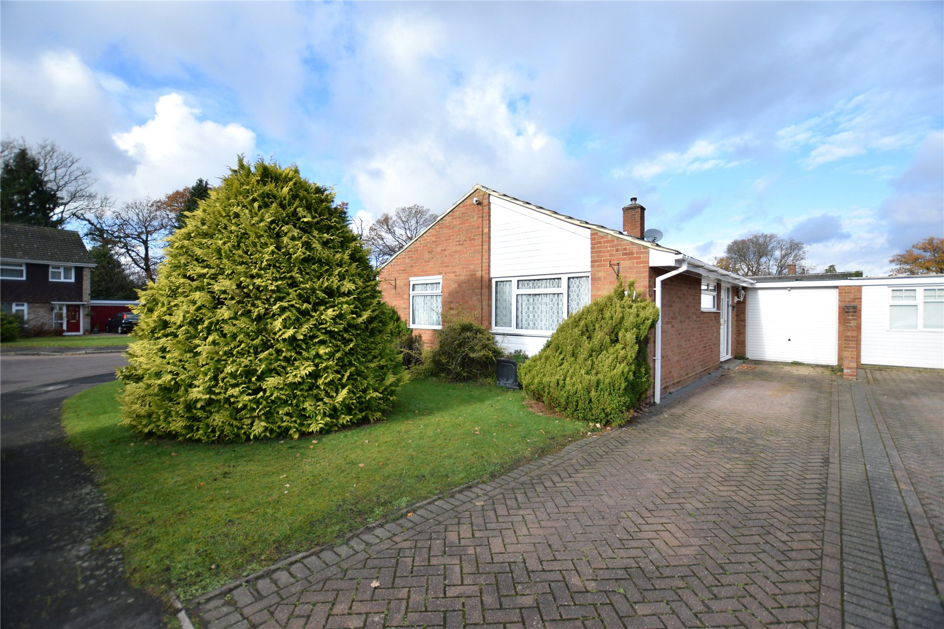 4 Bedrooms Bungalow for sale in Ambleside Close, Mytchett, Camberley, Surrey, GU16