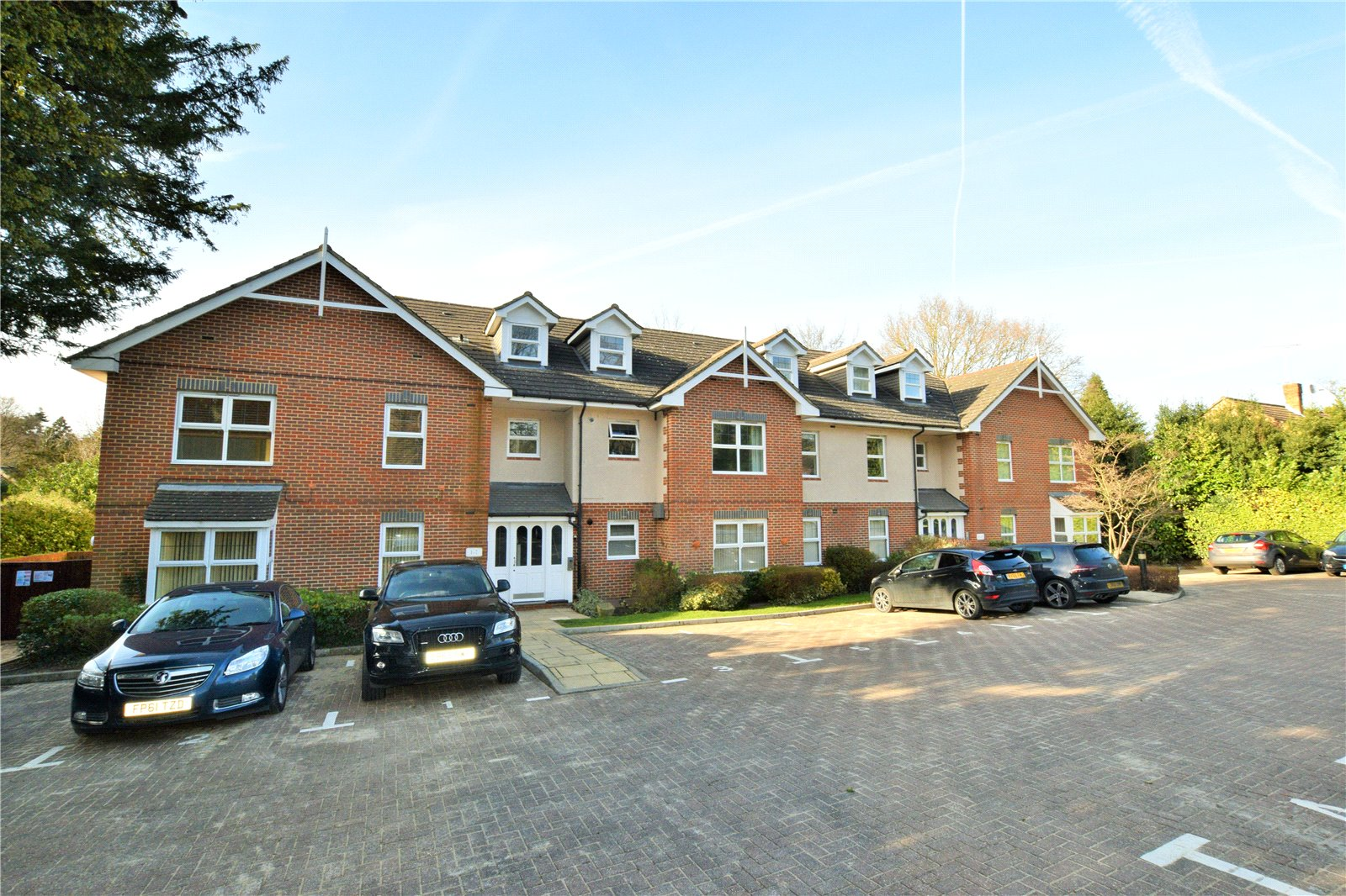 2 Bedrooms Apartment Flat for sale in Petworth Court, 62-64 Portsmouth Road, Camberley, Surrey, GU15