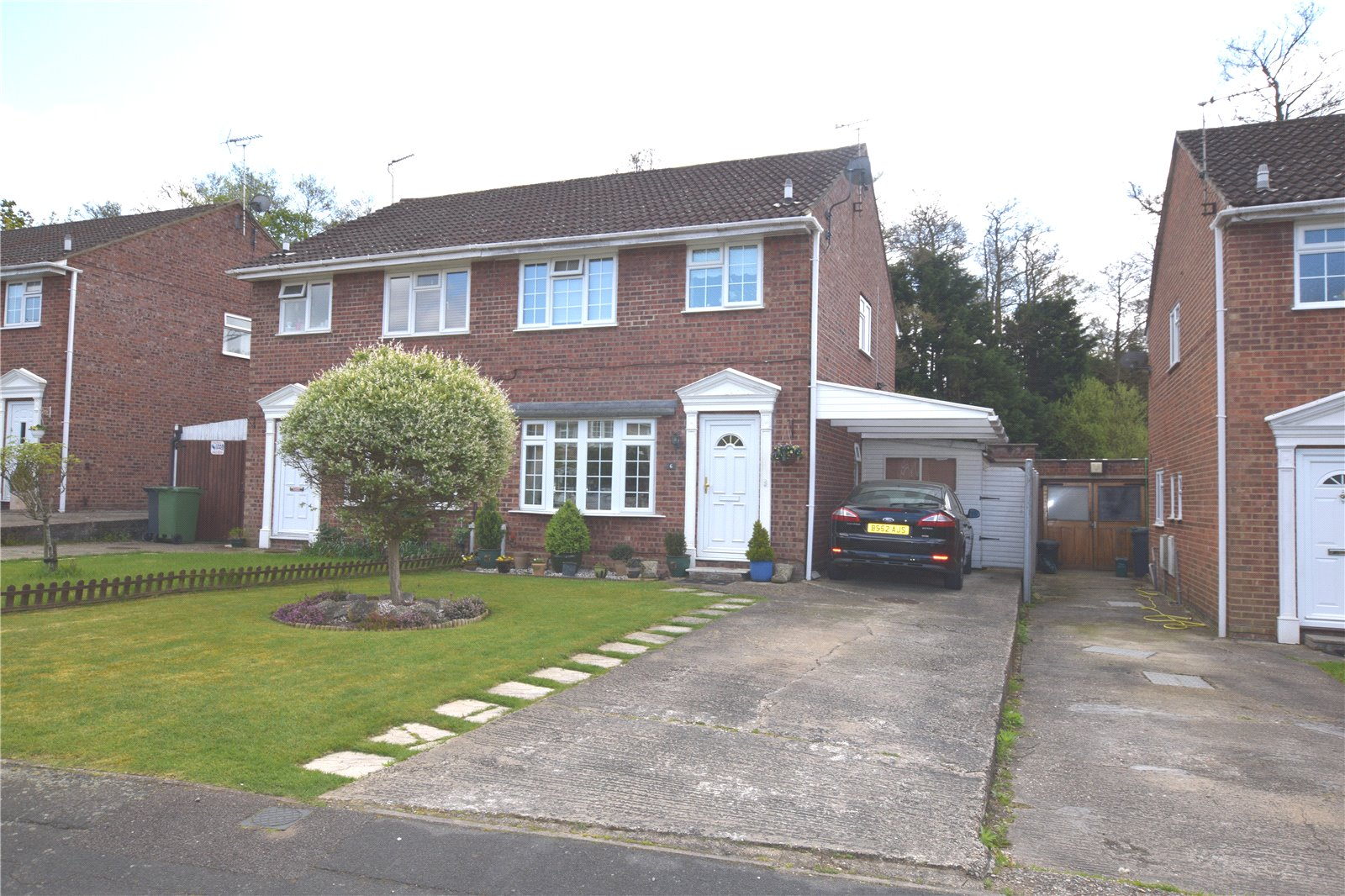 3 Bedrooms Semi Detached House for sale in Hadleigh Gardens, Frimley Green, Camberley, Surrey, GU16
