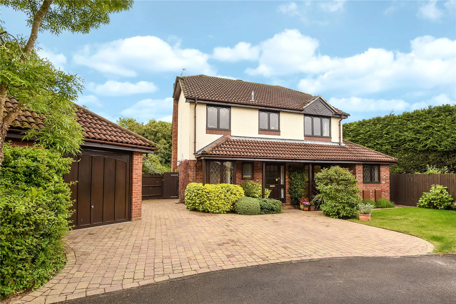 4 Bedrooms Detached House for sale in The Willows, Lightwater, Surrey, GU18