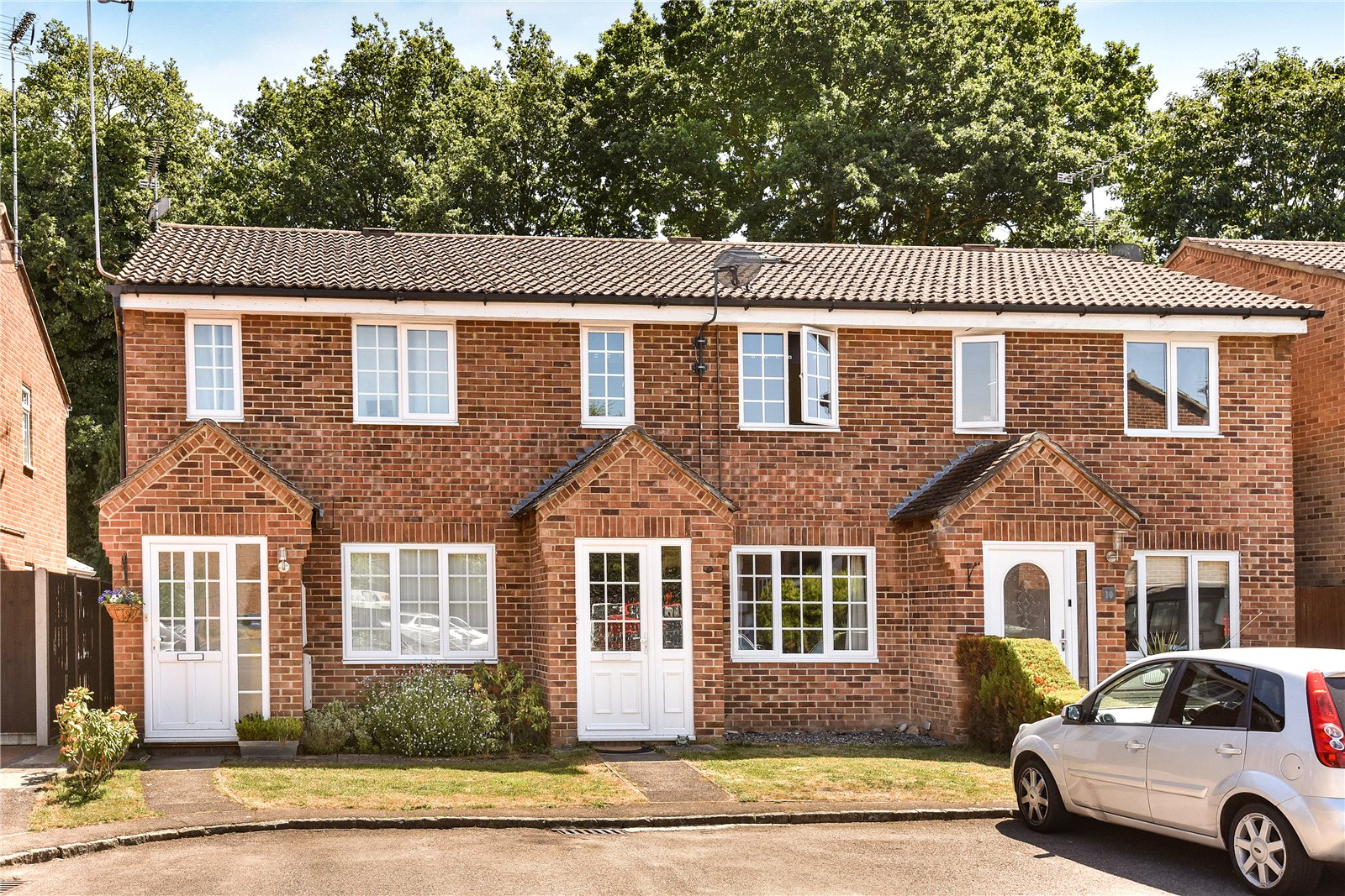 3 Bedrooms Terraced House for sale in Hornbeam Close, Owlsmoor, Sandhurst, Berkshire, GU47