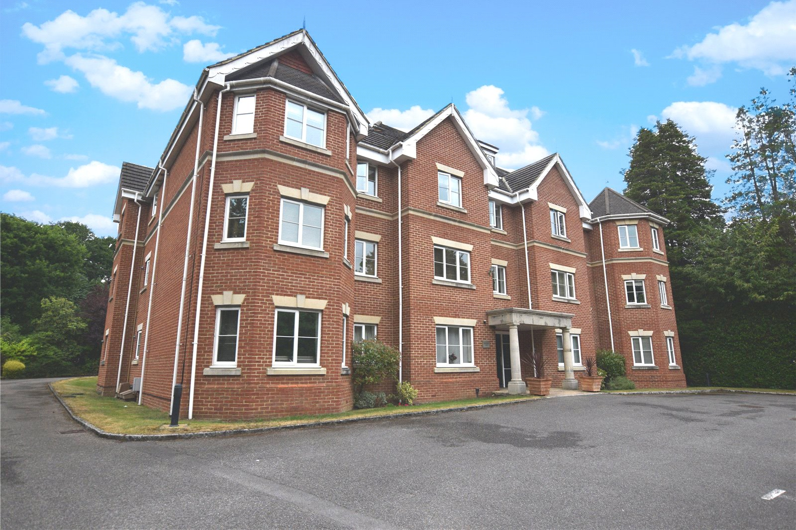 2 Bedrooms Apartment Flat for sale in Crawley Rise, 18 Portsmouth Road, Camberley, Surrey, GU15