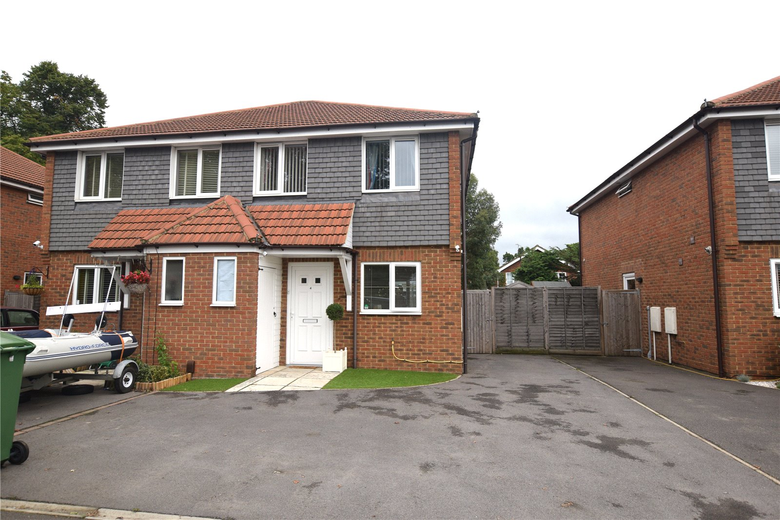 3 Bedrooms Semi Detached House for sale in Fox Villas, Hawley Road, Blackwater, Camberley, GU17