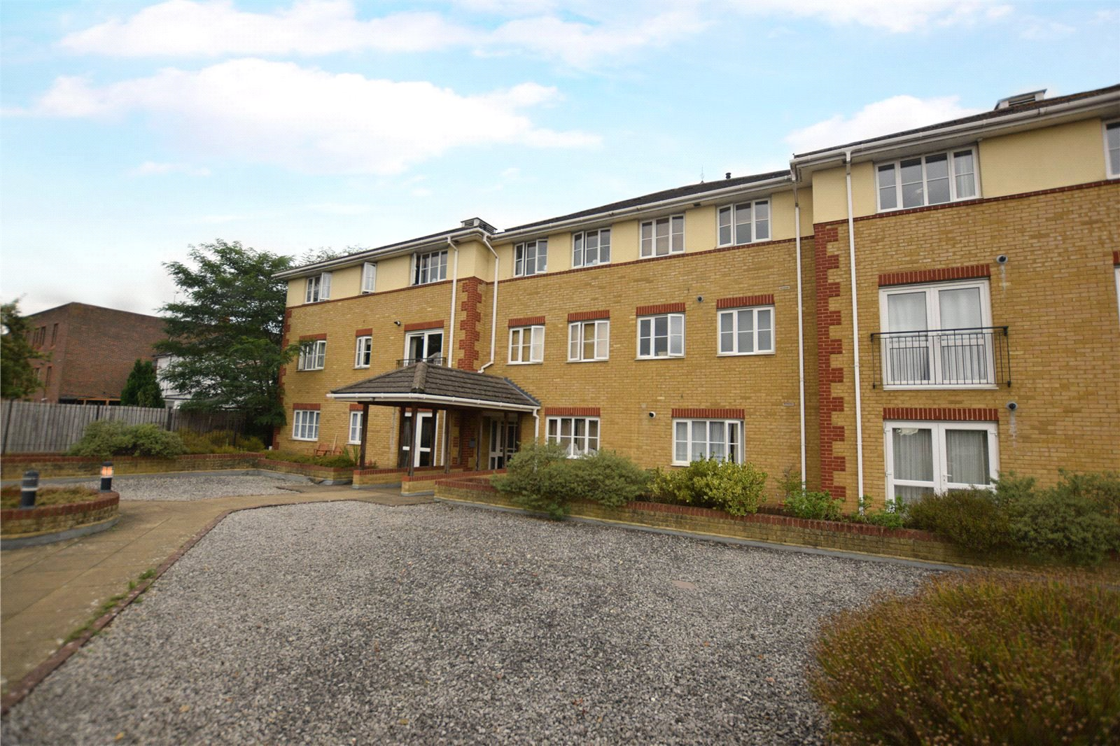 2 Bedrooms Apartment Flat for sale in St. Michaels Place, St. Michaels Road, Camberley, Surrey, GU15