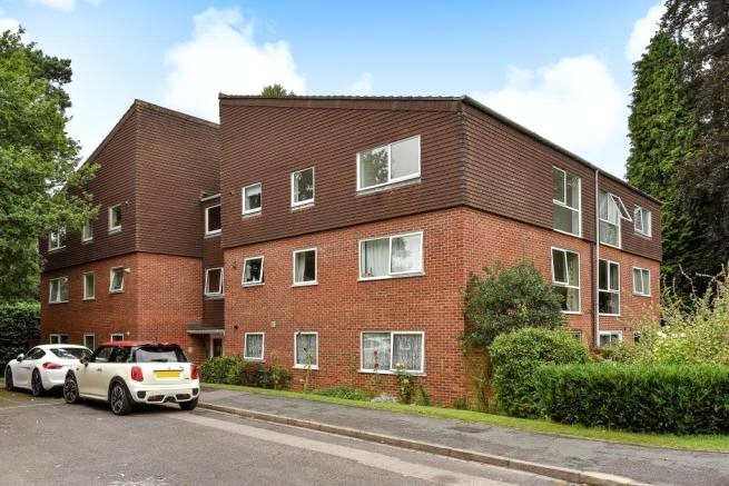 2 Bedrooms Apartment Flat for sale in Court Gardens, Camberley, Surrey, GU15