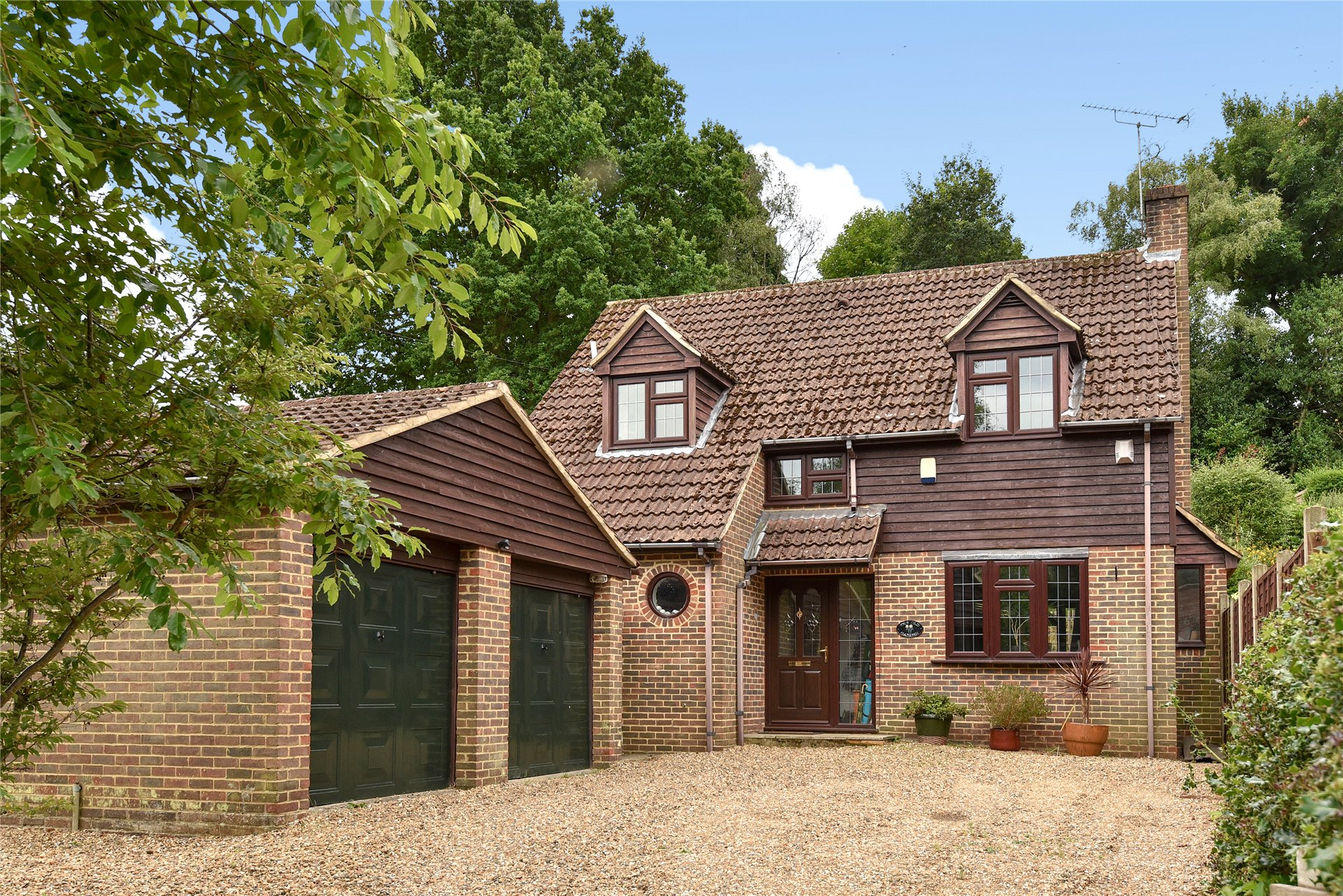 4 Bedrooms Detached House for sale in Longdown Road, Sandhurst, Berkshire, GU47