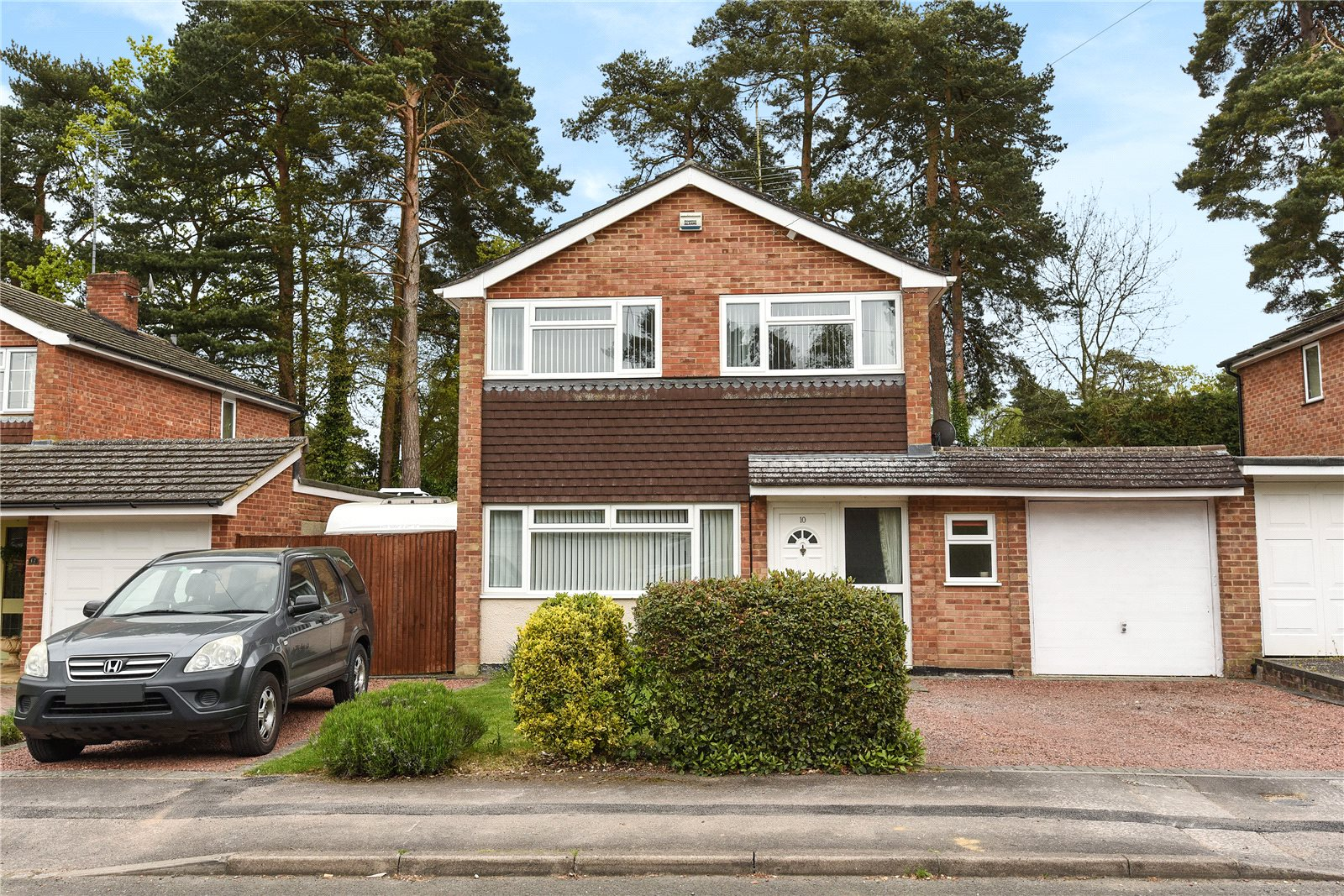3 Bedrooms Link Detached House for sale in Westbury Close, Crowthorne, Berkshire, RG45