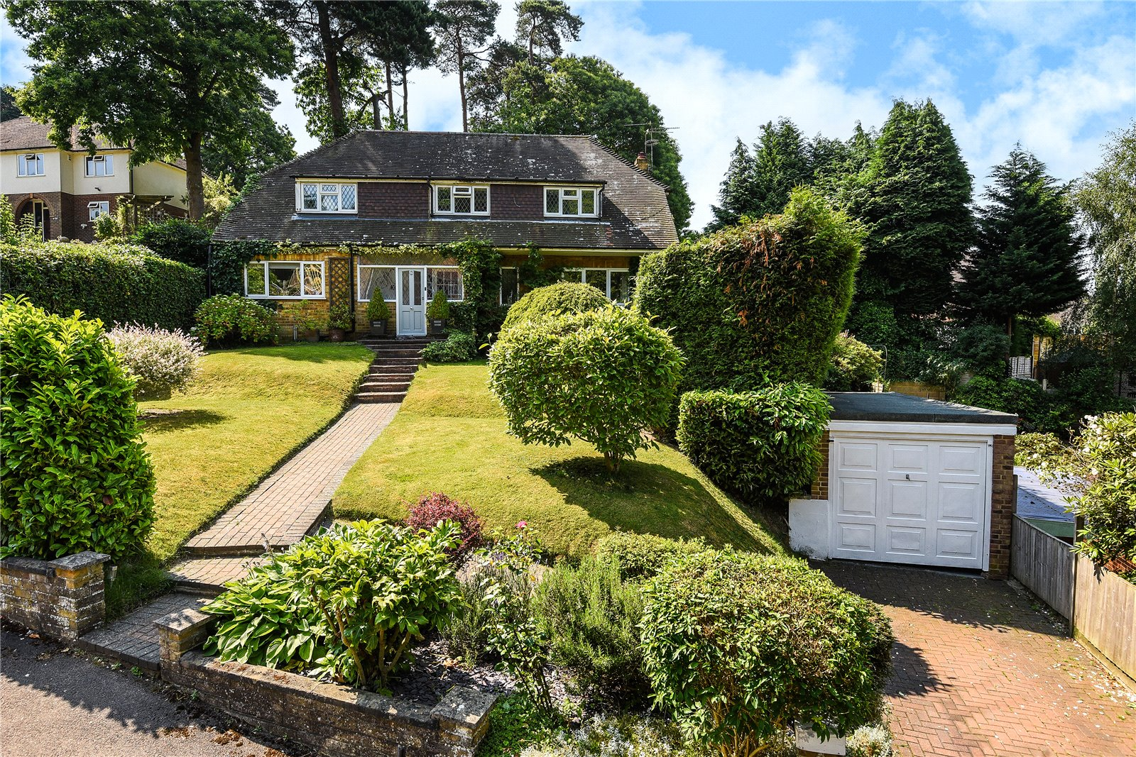 4 Bedrooms Detached House for sale in Beaufront Road, Camberley, Surrey, GU15