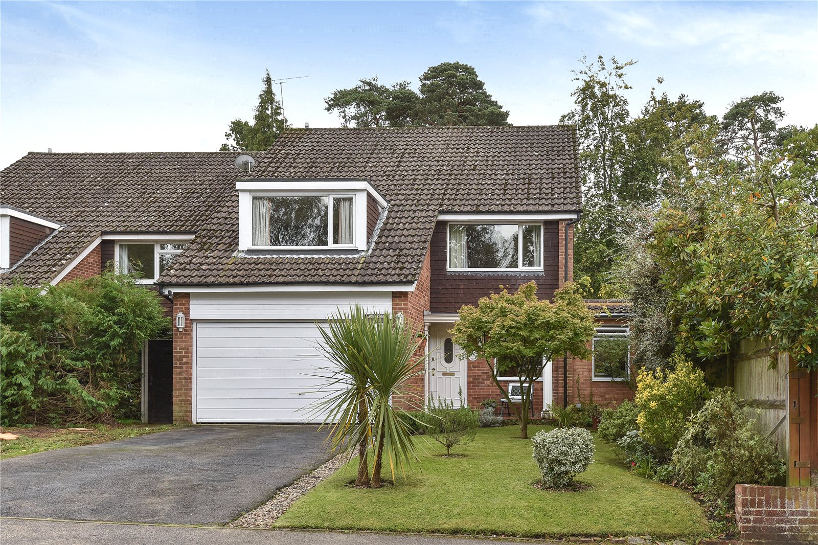 4 Bedrooms Detached House for sale in Llangar Grove, Crowthorne, Berkshire, RG45