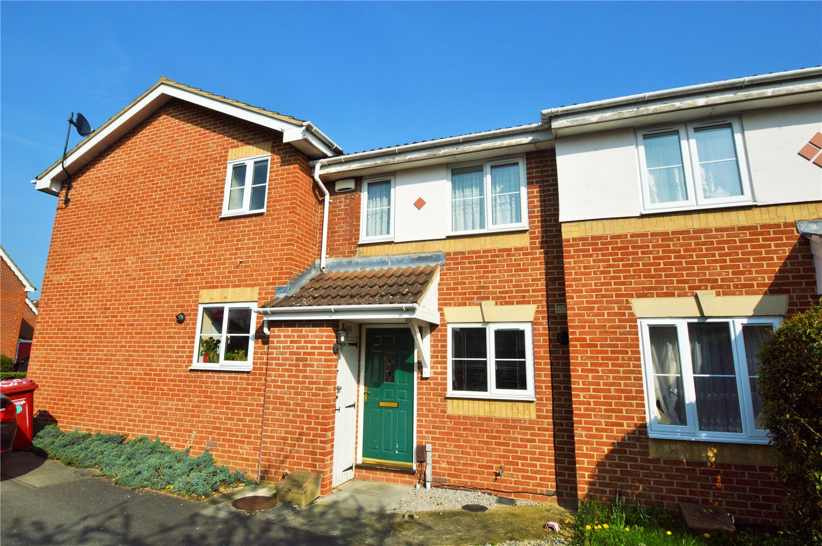 2 Bedrooms Terraced House for sale in Hunters Way, Slough, Berkshire, SL1