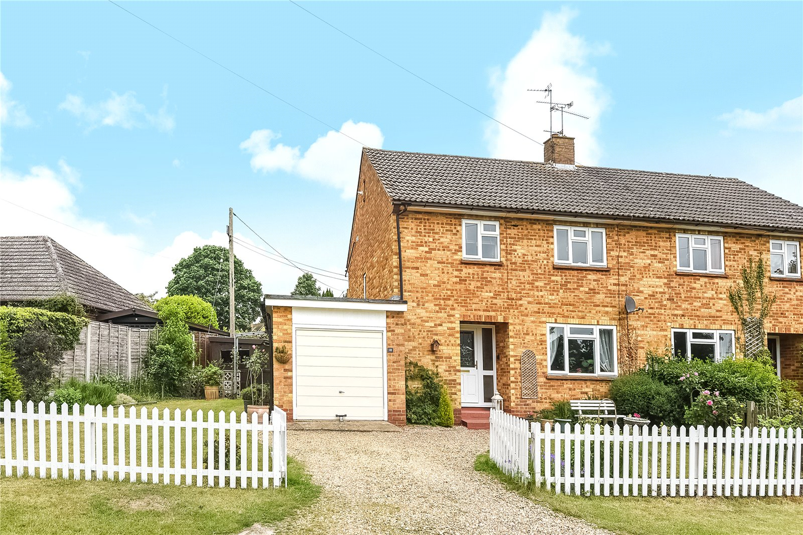 3 Bedrooms Semi Detached House for sale in Cricket Hill, Finchampstead, Wokingham, Berkshire, RG40
