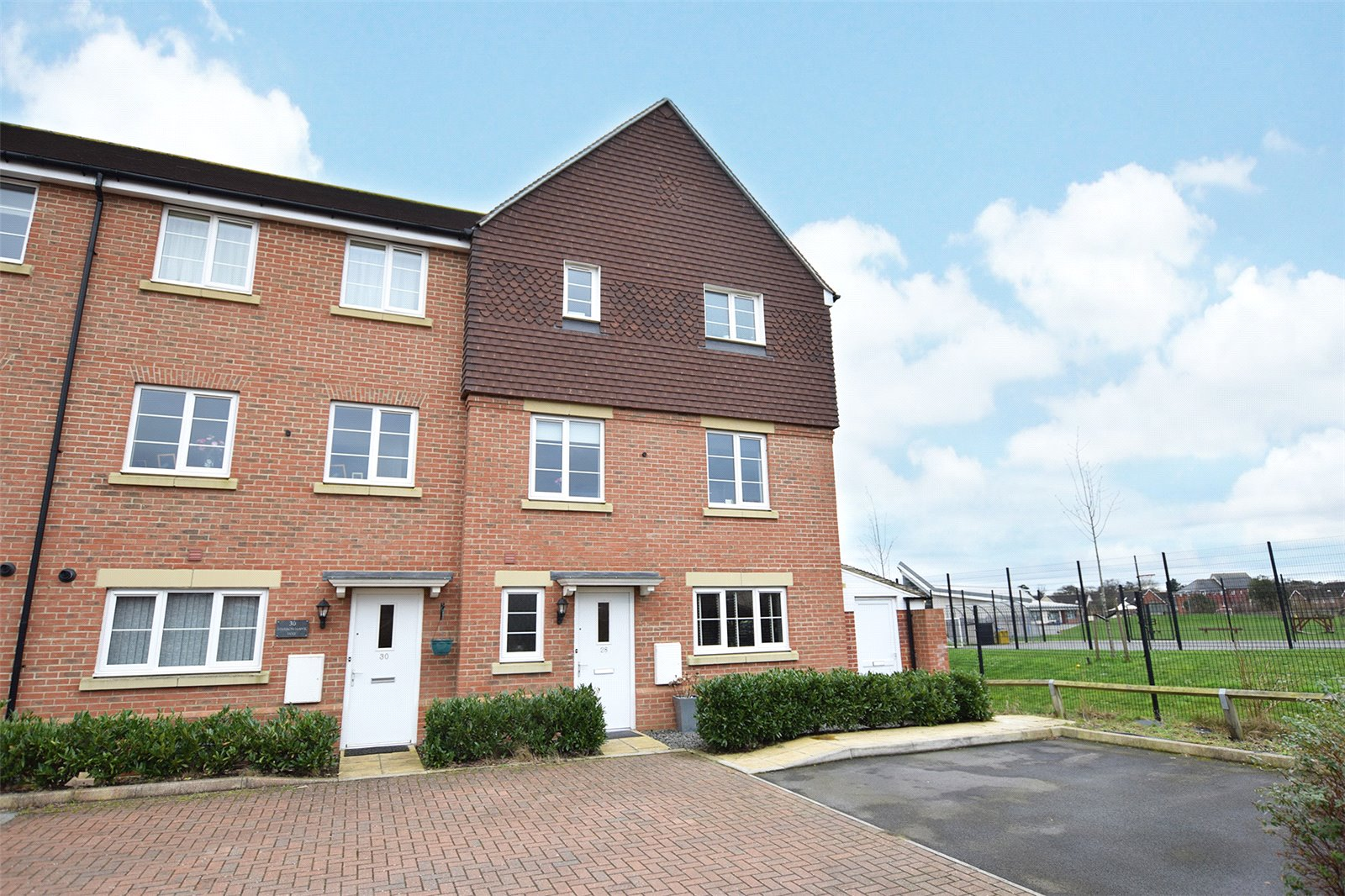 4 Bedrooms End Of Terrace House for sale in Sparrowhawk Way, Bracknell, Berkshire, RG12