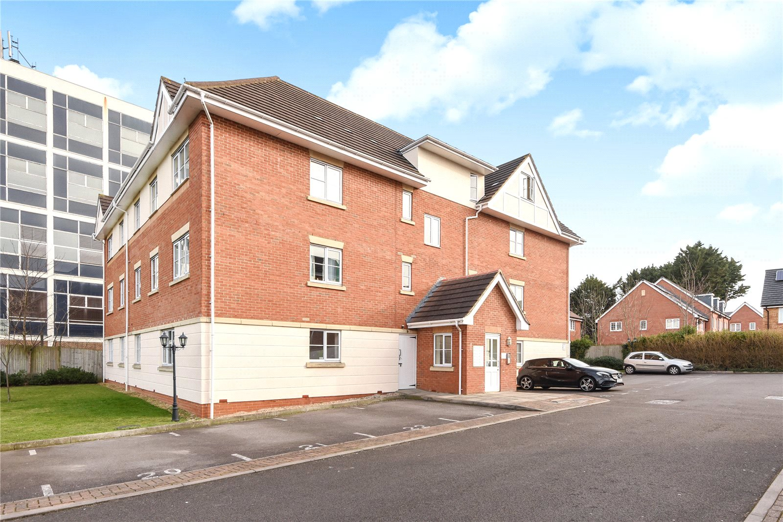 2 Bedrooms Apartment Flat for sale in Avenue Heights, Basingstoke Road, Reading, Berkshire, RG2