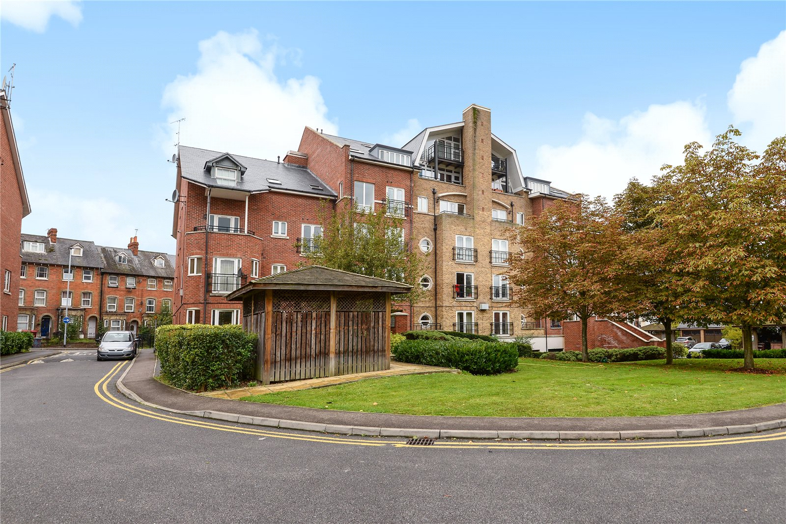 2 Bedrooms Apartment Flat for sale in Aveley House, Iliffe Close, Reading, Berkshire, RG1