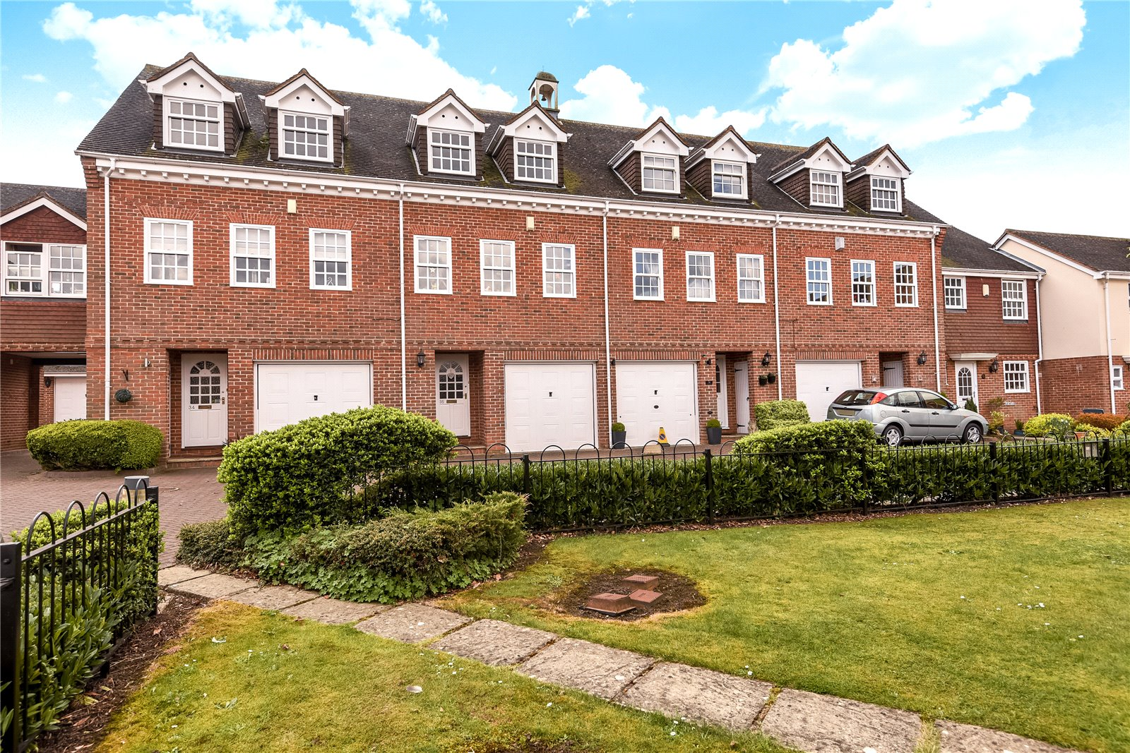 4 Bedrooms Terraced House for sale in Calcott Park, Yateley, Hampshire, GU46