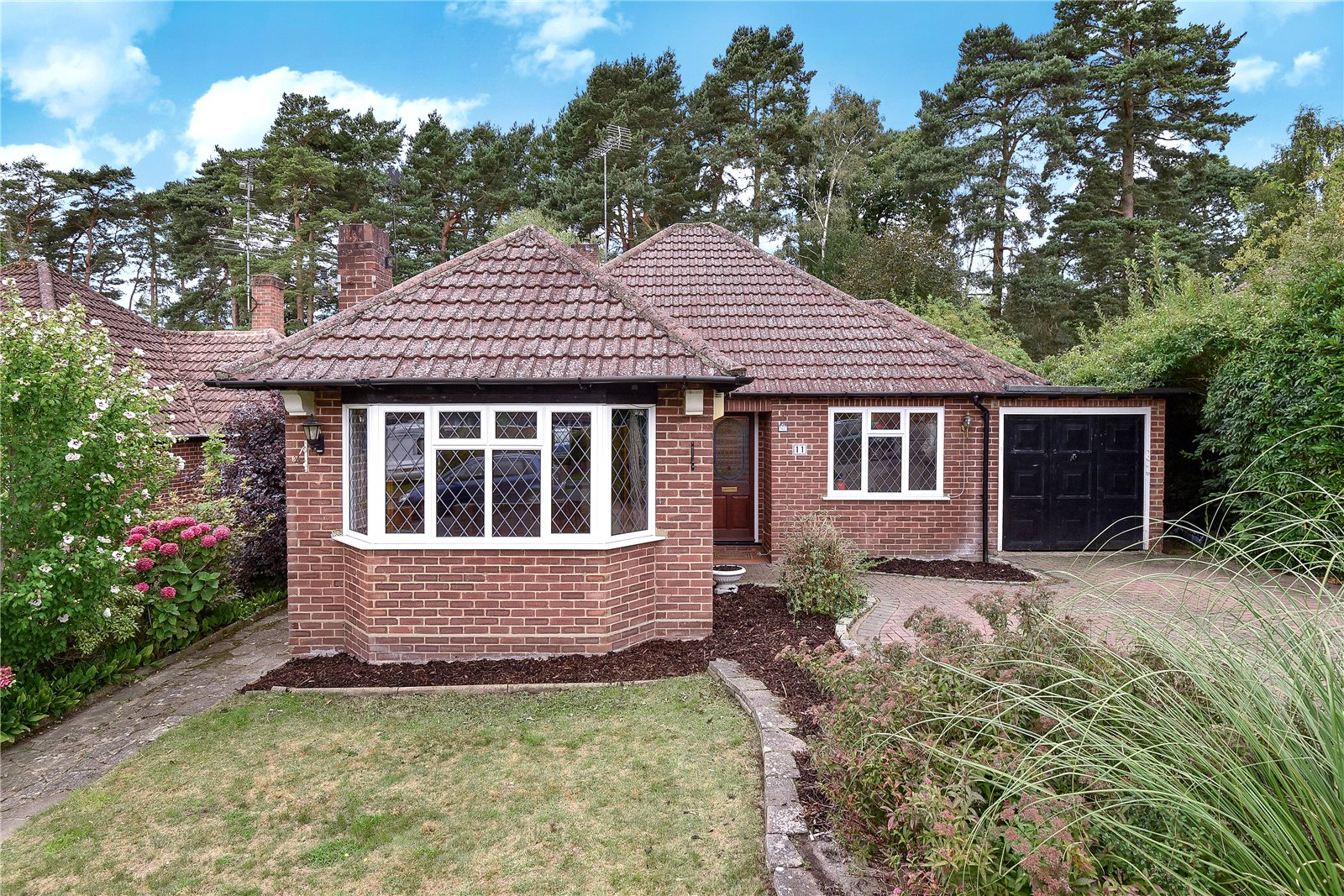 3 Bedrooms Detached Bungalow for sale in Beech Ride, Sandhurst, Berkshire, GU47