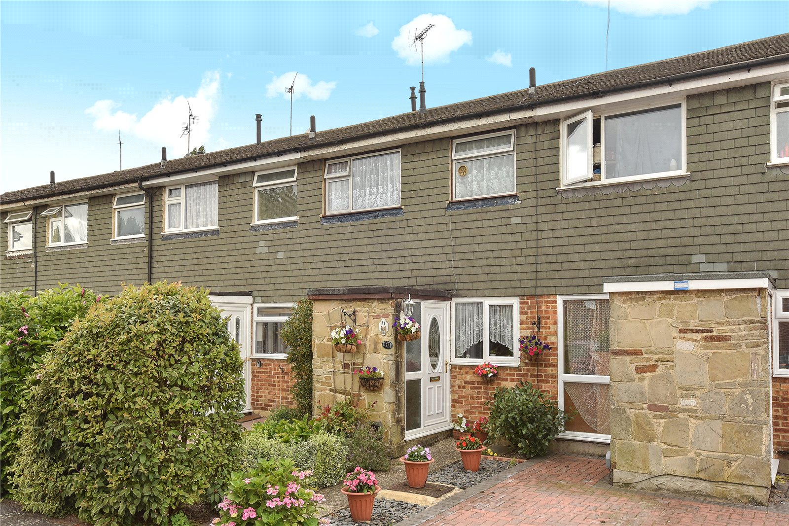 3 Bedrooms Terraced House for sale in Ryecroft Gardens, Blackwater, Camberley, Hampshire, GU17