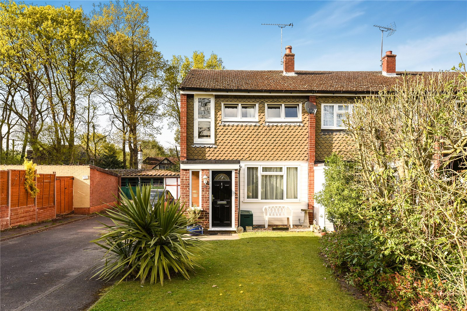 3 Bedrooms End Of Terrace House for sale in Robins Grove Crescent, Yateley, Hampshire, GU46