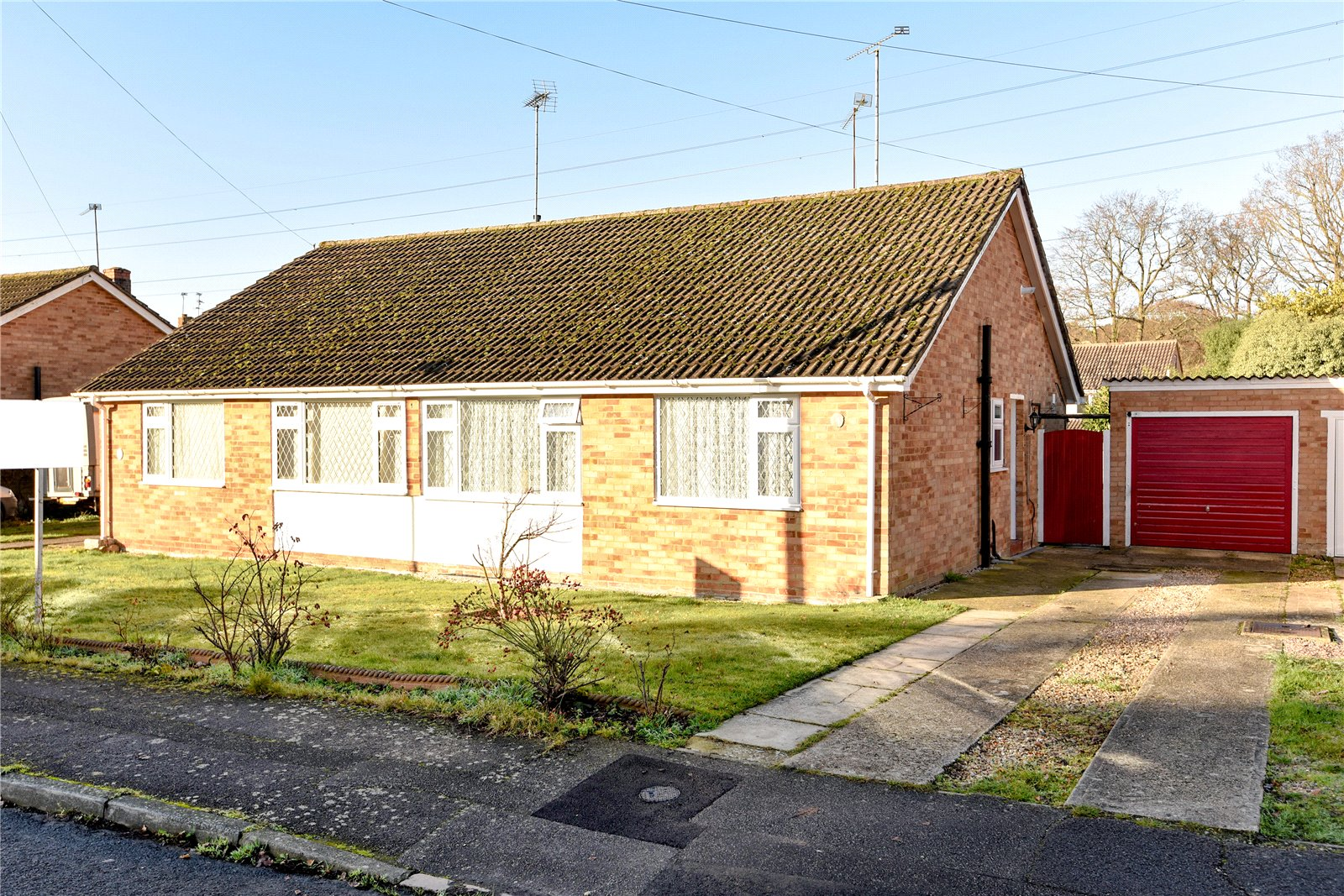 2 Bedrooms Semi Detached Bungalow for sale in Chiltern Road, Sandhurst, Berkshire, GU47