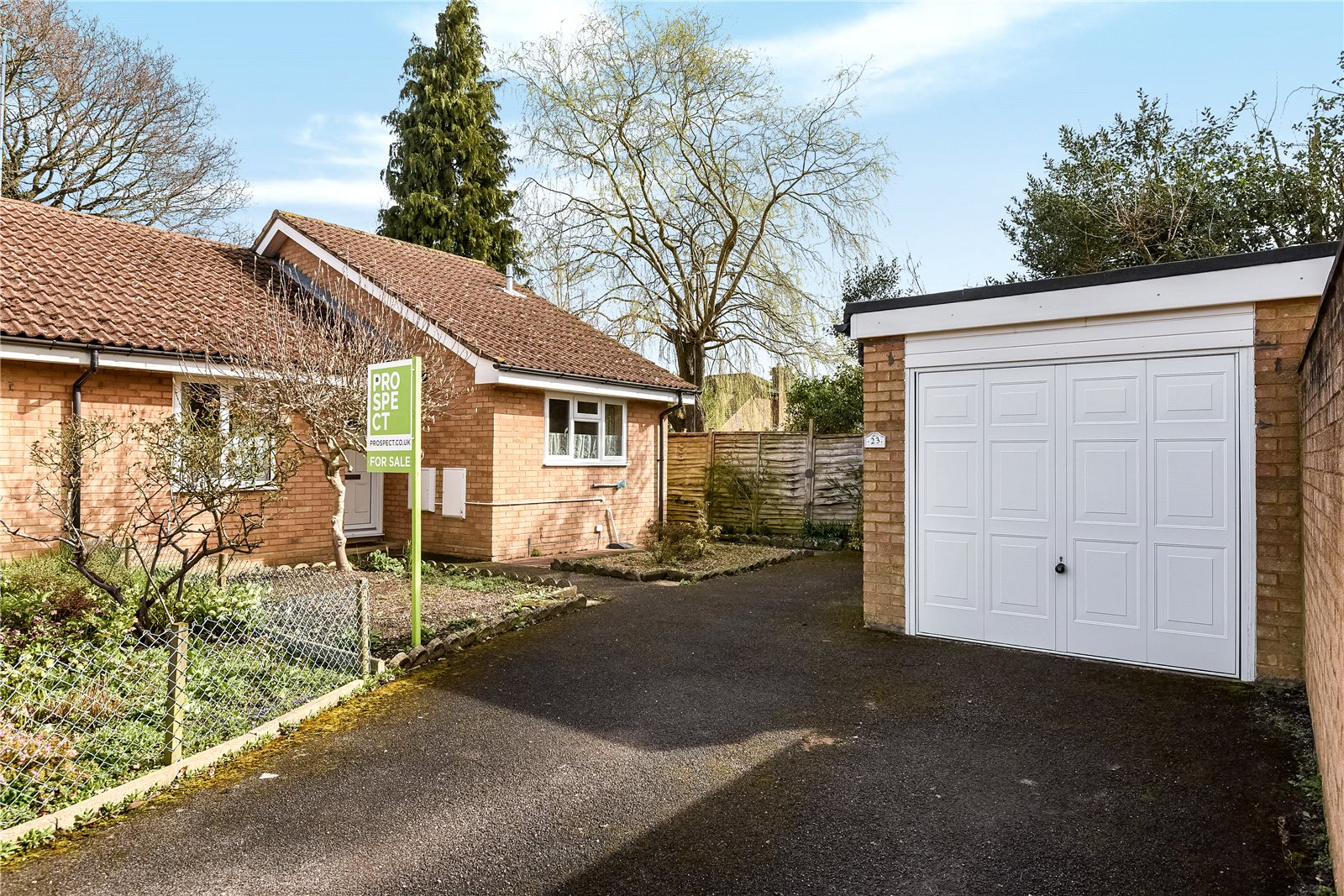 2 Bedrooms Semi Detached Bungalow for sale in Inverness Way, College Town, Sandhurst, Berkshire, GU47