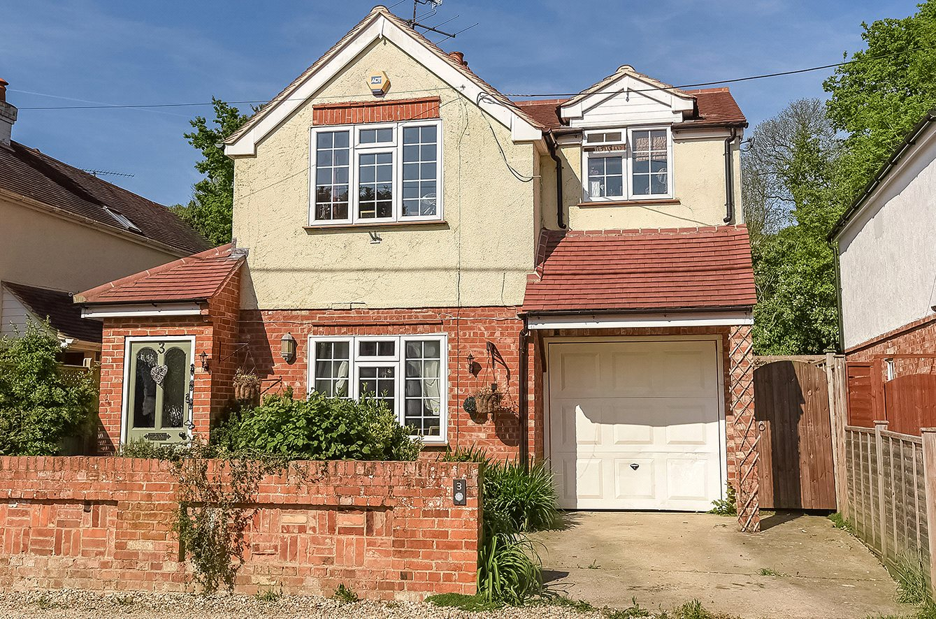 3 Bedrooms Detached House for sale in Sunray Estate, Sandhurst, Berkshire, GU47