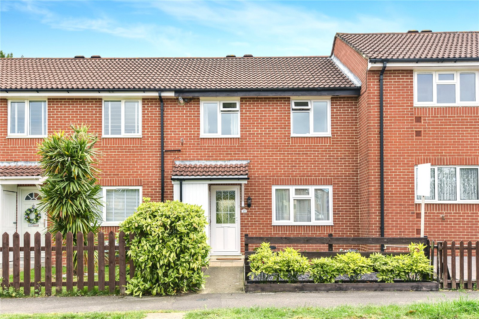 3 Bedrooms Terraced House for sale in Evenlode Way, Sandhurst, Berkshire, GU47