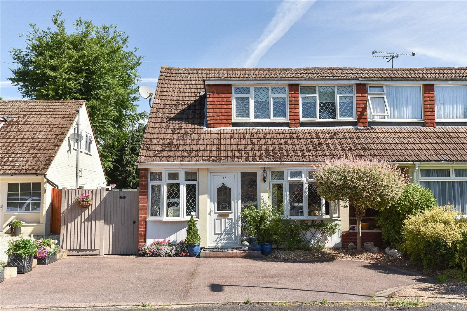 3 Bedrooms Semi Detached House for sale in Martins Close, Blackwater, Camberley, GU17