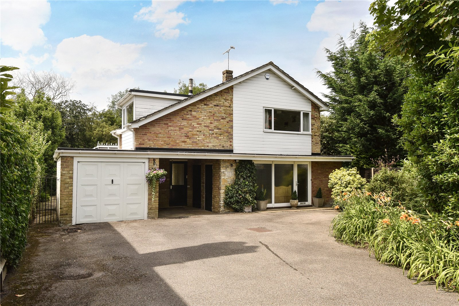 4 Bedrooms Detached House for sale in High Street, Sandhurst, Berkshire, GU47