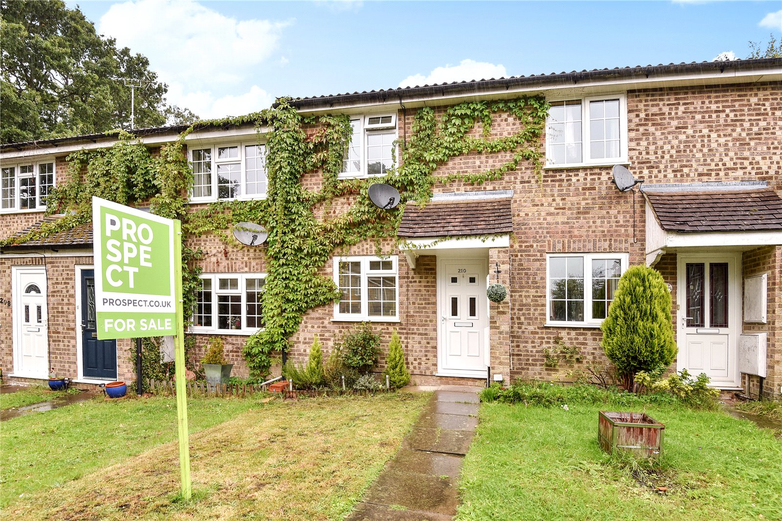 2 Bedrooms Terraced House for sale in Evenlode Way, Sandhurst, Berkshire, GU47