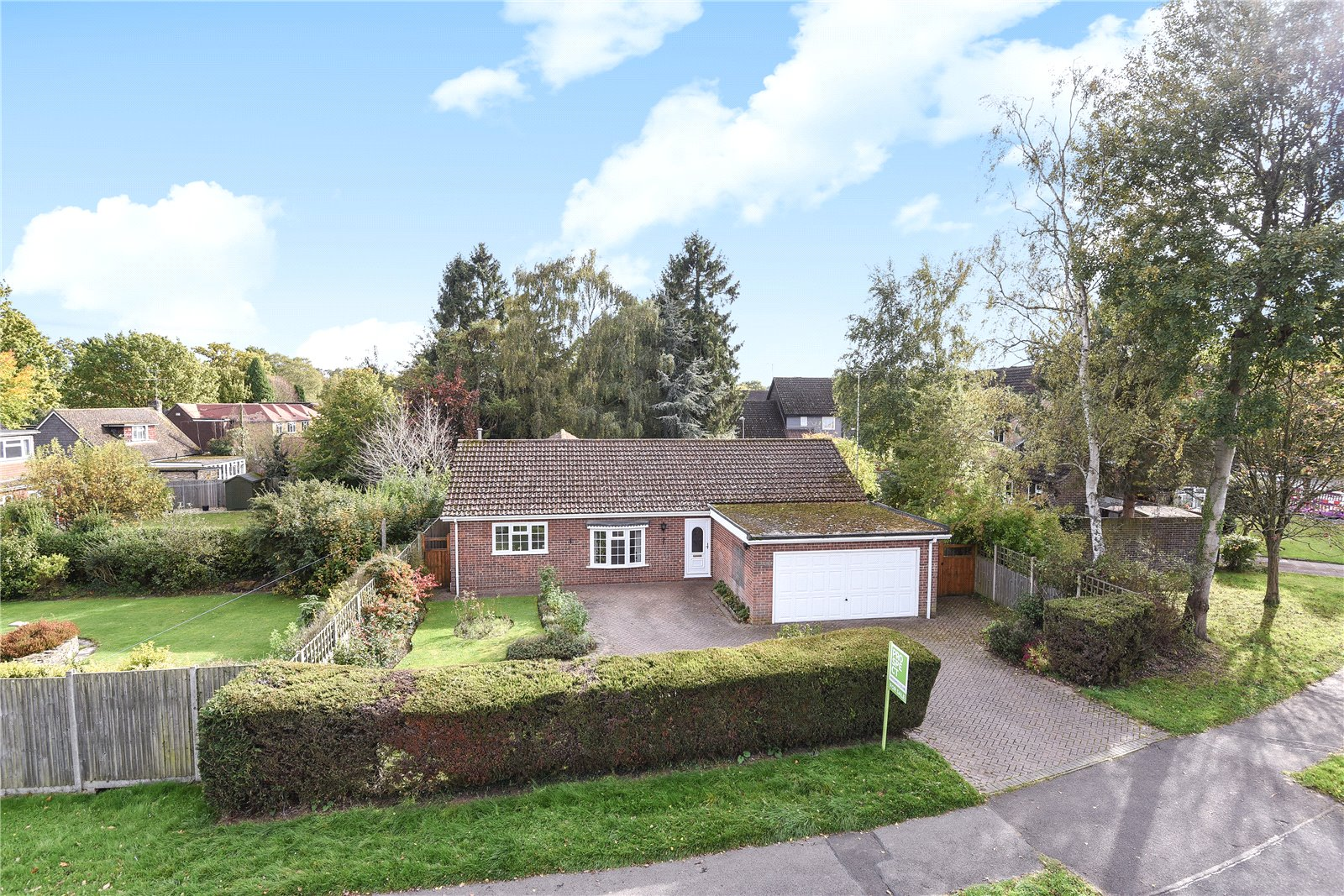 4 Bedrooms Detached Bungalow for sale in Roycroft Lane, Finchampstead, Berkshire, RG40