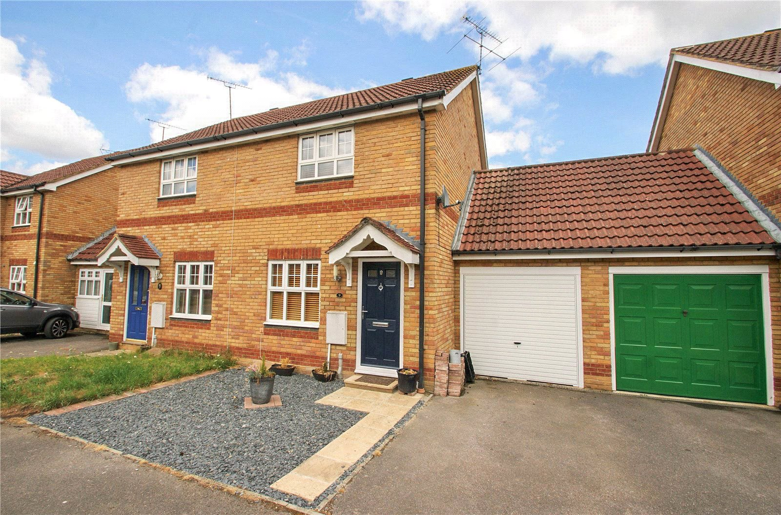 2 Bedrooms Semi Detached House for sale in Barker Close, Arborfield, Berkshire, RG2